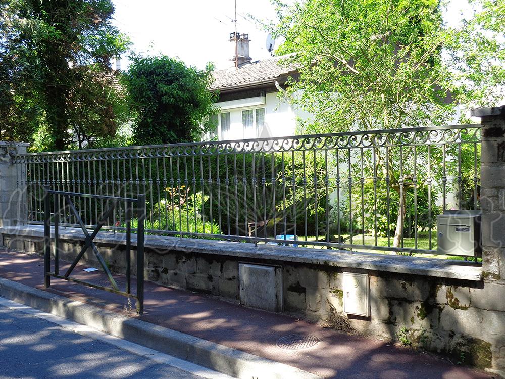 Le Fer Plait ferronnier à eaubonne dans le val D'oise 95 grille de clôture en fer forgé sur mesure pour éviter les intrusion sur votre terrain.