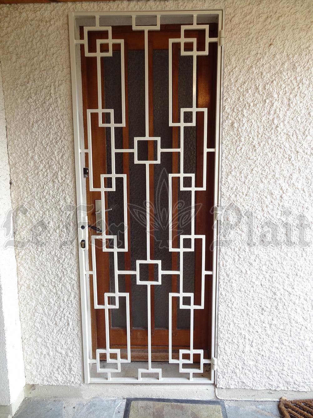 Le Fer Plait ferronnier à eaubonne dans la val D'oise 95 grille de défense pour porte d'entrée sur mesure pour la protection d'une porte d'entrée.