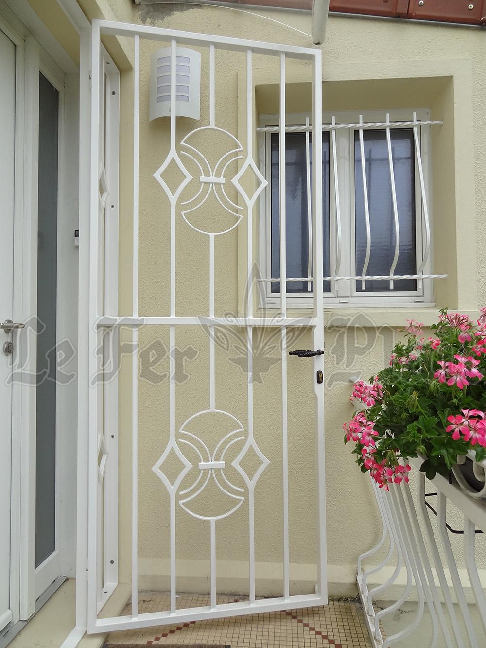 Le Fer Plait ferronnier à eaubonne dans la val D'oise 95 grille de porte en protection d'une porte d'entrée.