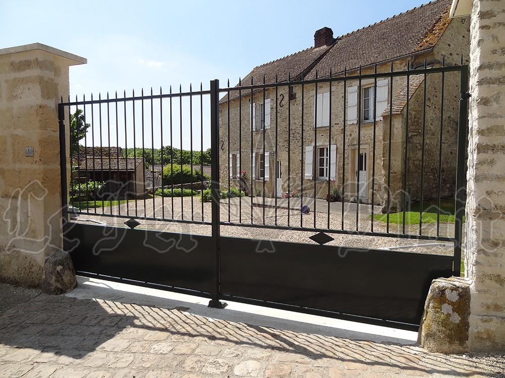 Le Fer Plait ferronnier à eaubonne dans le val D'oise 95 portail sur mesure fer forgé pour protéger l'accès a votre environnement.